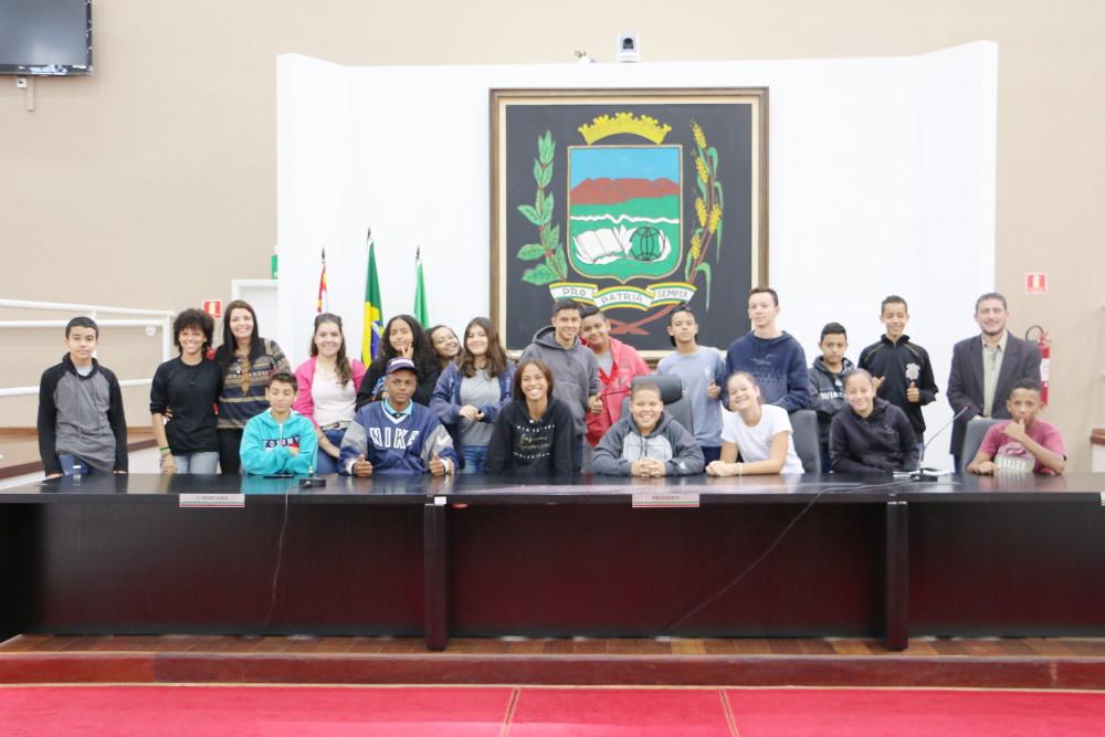 """Alunos e professores da Escola """"Professora Iolanda Vellutini"""" visitam a Câmara para conhecer a influência e atuação do Poder Legislativo na cidade"""