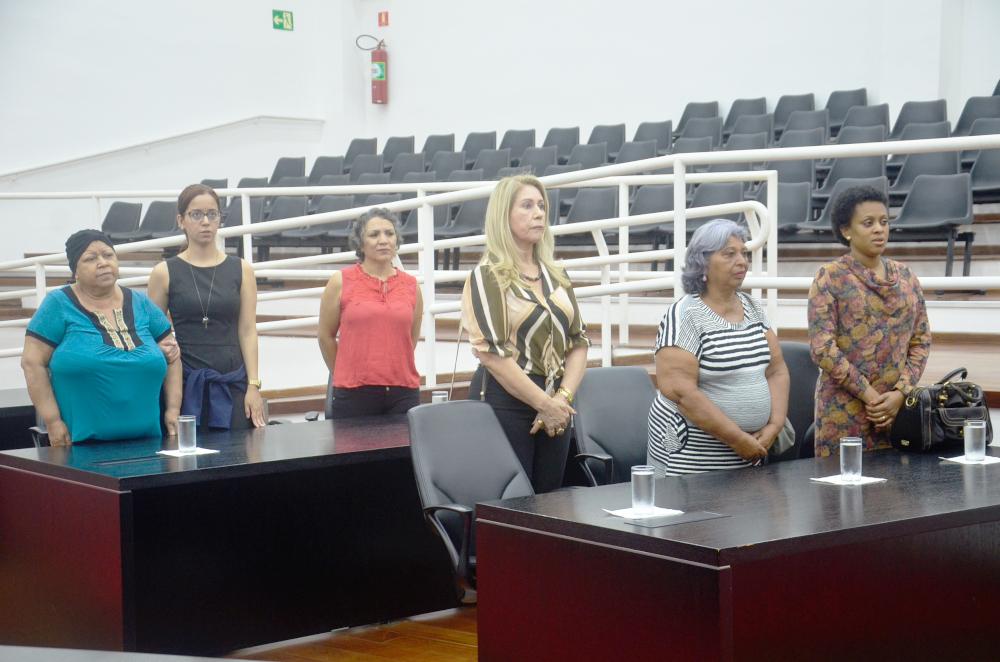 """Consciência, experiências e emoção marcaram a Sessão Solene """"Outubro Rosa"""" na Câmara de Pindamonhangaba"""