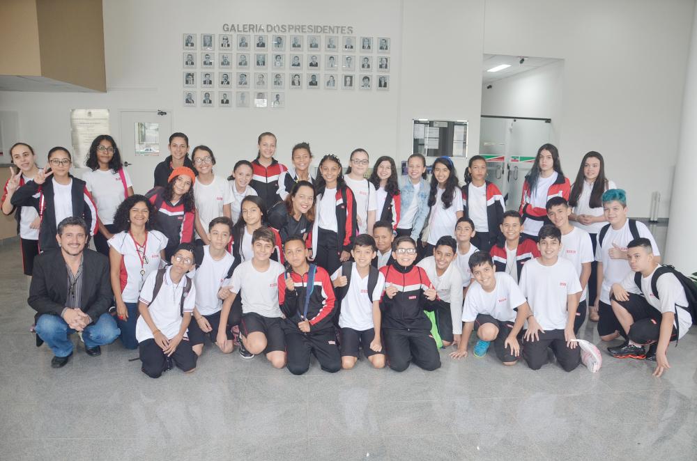 Estudantes do SESI de Pindamonhangaba visitam a Câmara de Vereadores no Projeto Escola Vai à Câmara