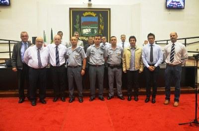 Plenário aprova 6 projetos e vereadores prestam homenagem a policiais militares de Pindamonhangaba