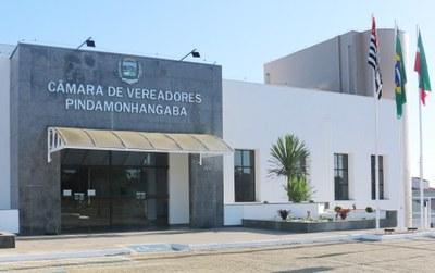 """Prefeito Dr. Isael Domingues e ex-vereador Dr. Marcos Aurélio recebem """"Título de Cidadão Pindamonhangabense"""" em Sessão Solene no Legislativo Municipal"""